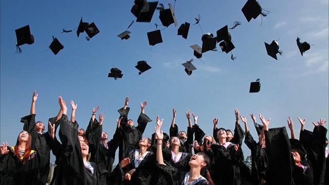 卒業して帽子を投げる大学生たち