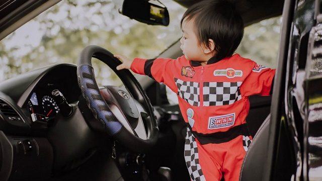 運転席に立つ赤ちゃん